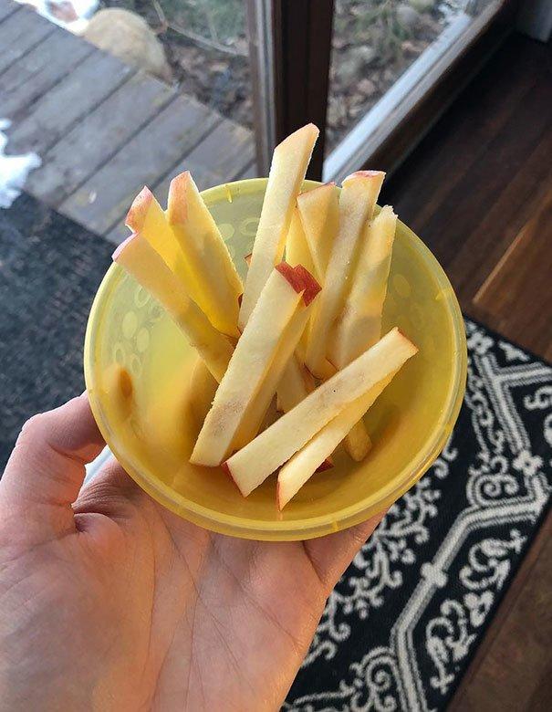 8. «Если ваш малыш отказывается есть яблоки, нарежьте их как картошку фри и скажите, что это яблочный французский фри» Хитрость, дети, идея, полезно, родители, совет, фантазия