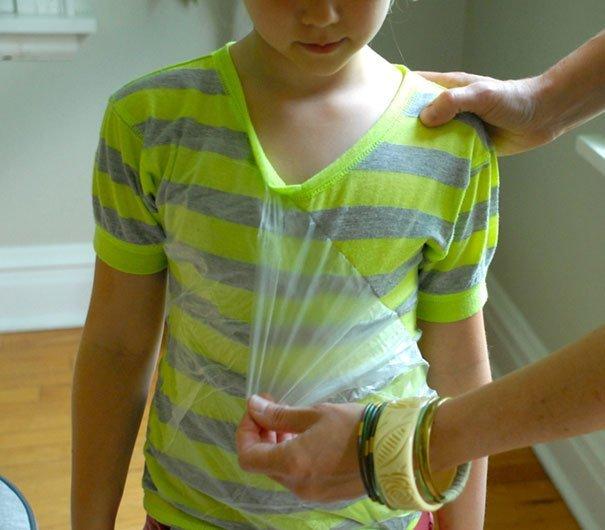 16. «Из обычной пищевой плёнки можно сделать нагрудник» Хитрость, дети, идея, полезно, родители, совет, фантазия