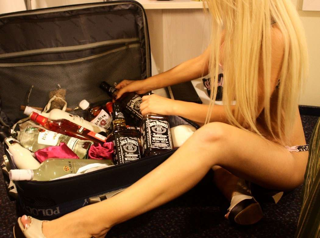 У блондинки в аэропорту спрашивают