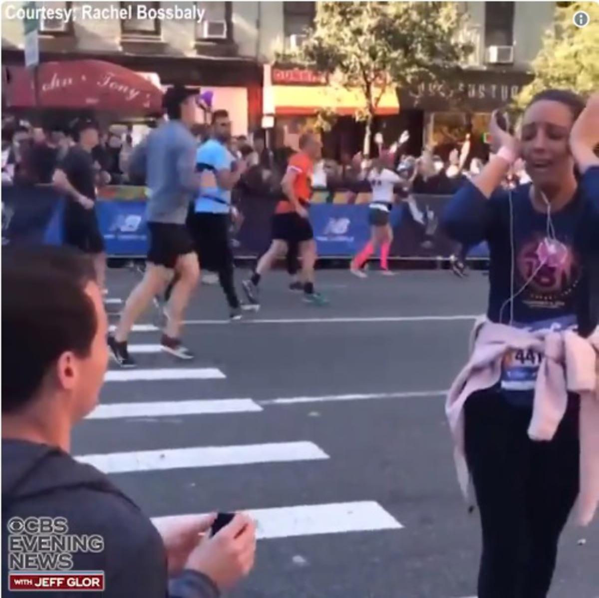 Парень сделал предложение девушке на марафоне и был проклят в соцсетях