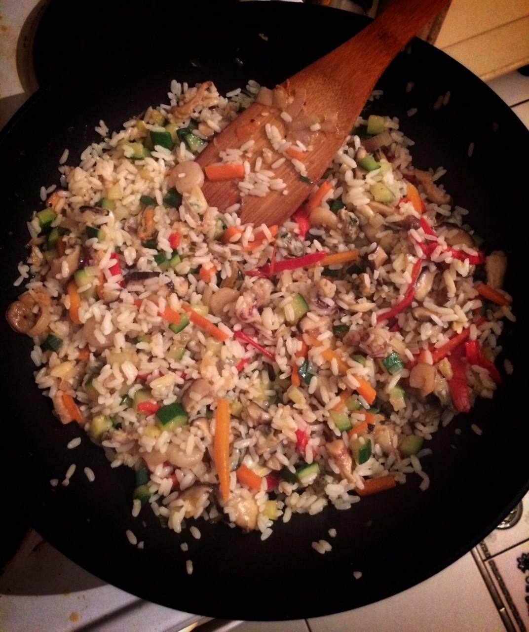 Только хорошо остывший, заранее сваренный рис, в идеале простоявший всю ночь в холодильнике, при попадании в раскаленный вок не расползется до состояния каши и не превратит содержимое сковородки в неповоротливый бесформенный ком.