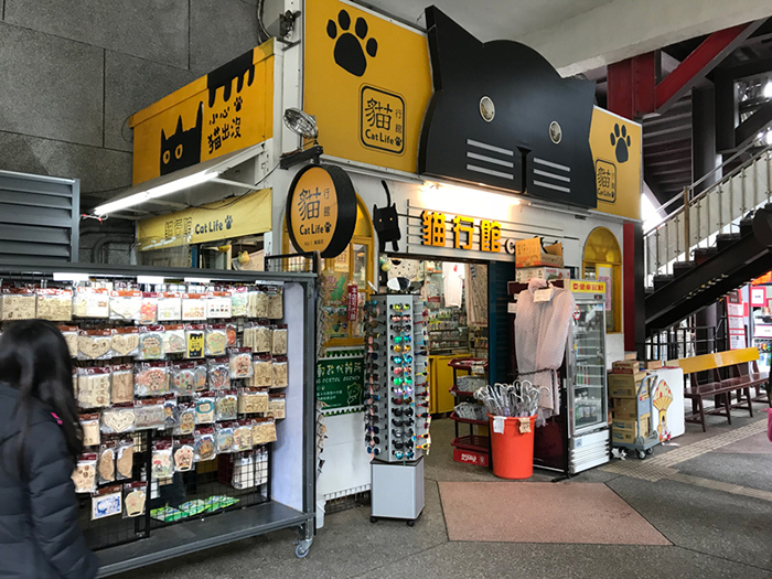 Сувенирный магазин при выходе с железнодорожной станции.