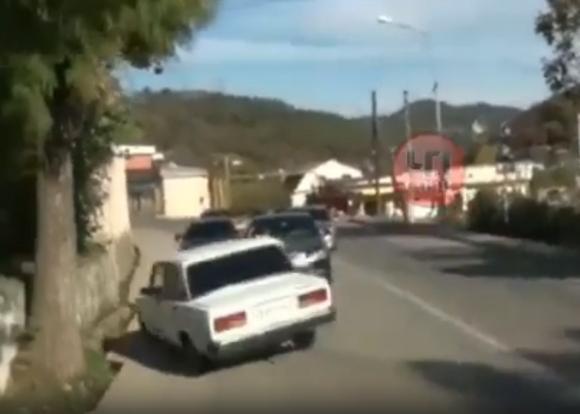 В Сочи водитель, скрываясь от полицейской погони, протаранил свадебный кортеж