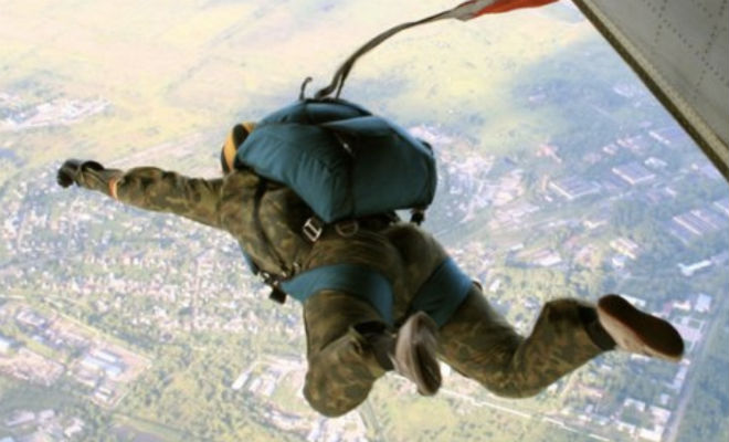Как бойцы ВДВ прыгают свой первый прыжок: видео с самолета