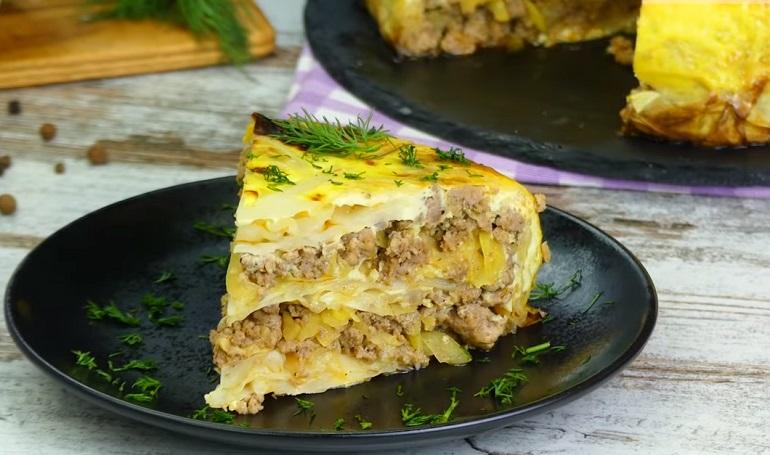 Слоеный закусочный пирог из капусты с мясным фаршем: на ужин