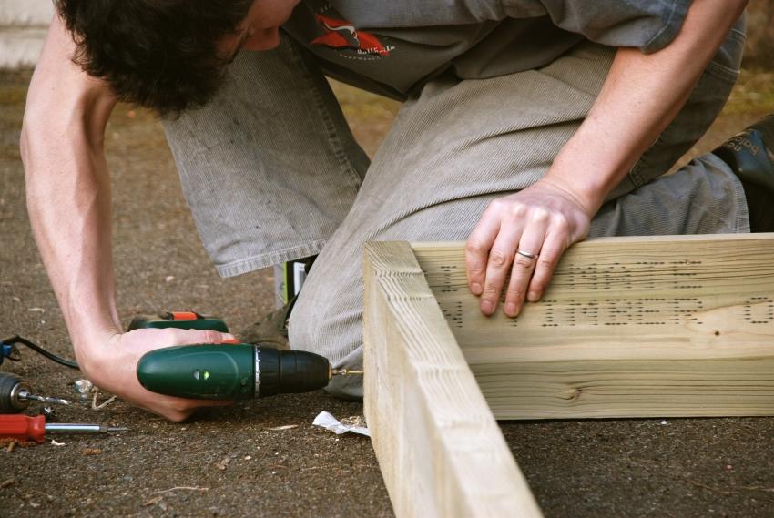 Прочные деревянные грядки можно изготовить самостоятельно или приобрести в садовом центре