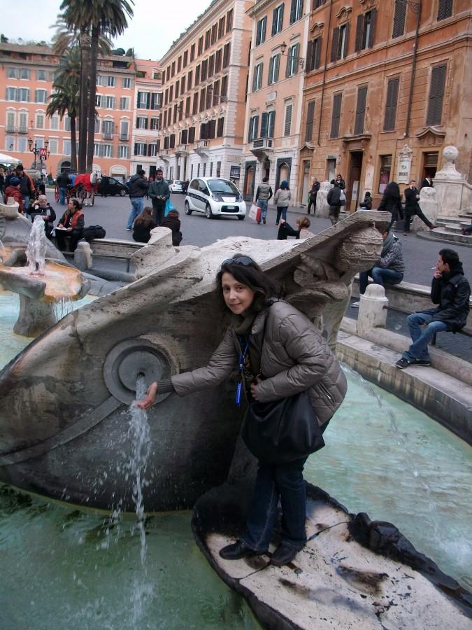 Фонтан Старая Лодка в Риме. Италия