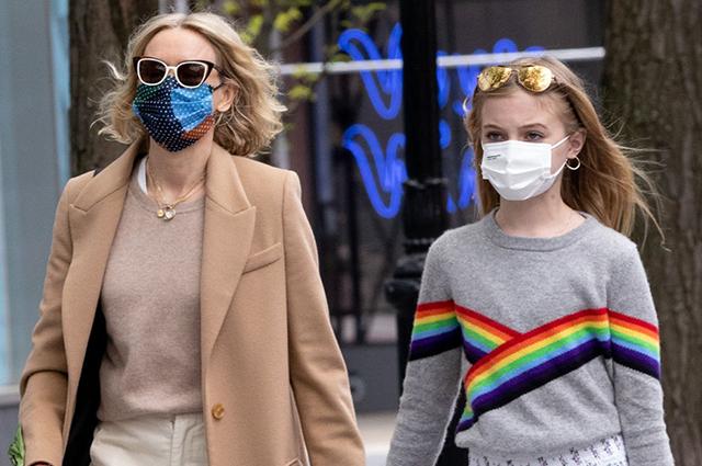 Наоми Уоттс на прогулке с сыновьями в Нью-Йорке: свежие фото