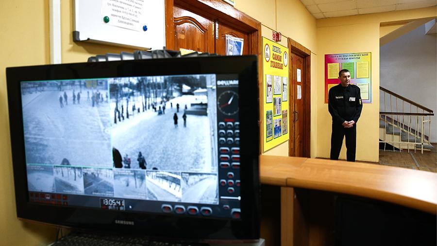 Учеников московской школы запретили выпускать в туалет без справки
