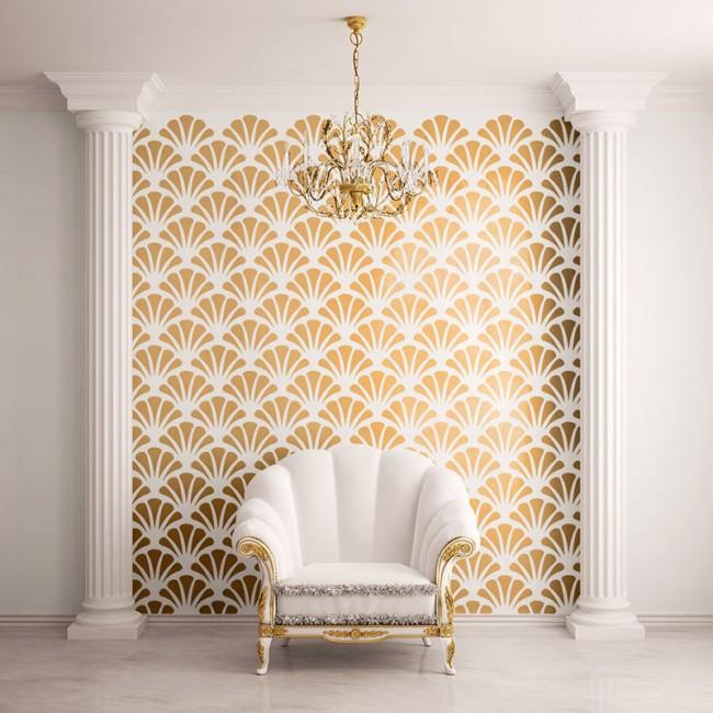 Сочетание белого с золотом: трафаретный узор, полиуретановые пилястры и нео-барочное кресло в современной комнате