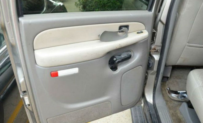 Тайник в двери купленного автомобиля сделал водителя богатым: деньги лежали под пластиком