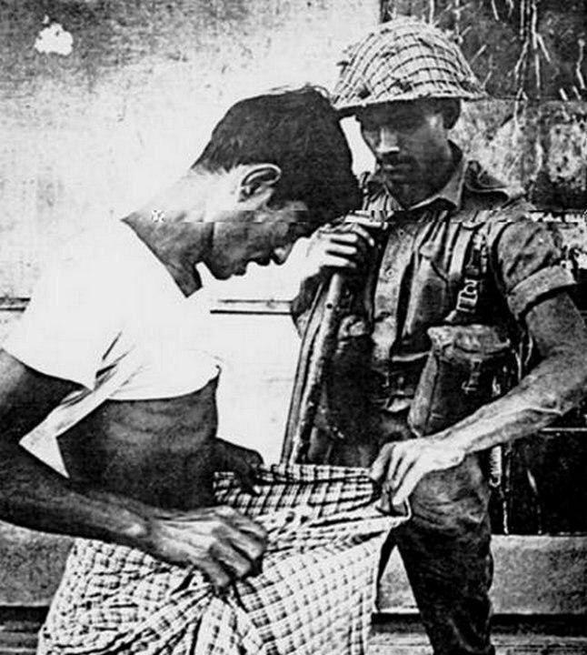 Крайняя плоть или смерть: пакистанский солдат проверяет, обрезан ли мужчина (то есть индус или нет) во время войны за независимость Бангладеш, 1971 год. жизнь, прошлое, ситуация, факт