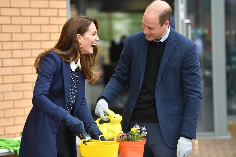 Активный отдых: Кейт Миддлтон и принц Уильям посадили растения и постреляли из лука Монархи,Британские монархи