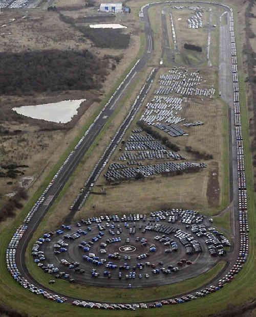 """Тестовый автодром """"Ниссан"""" в местечке Сандерлэнд, Великобритания. Не многовато ли автомобилей там припарковано? авто, факты"""