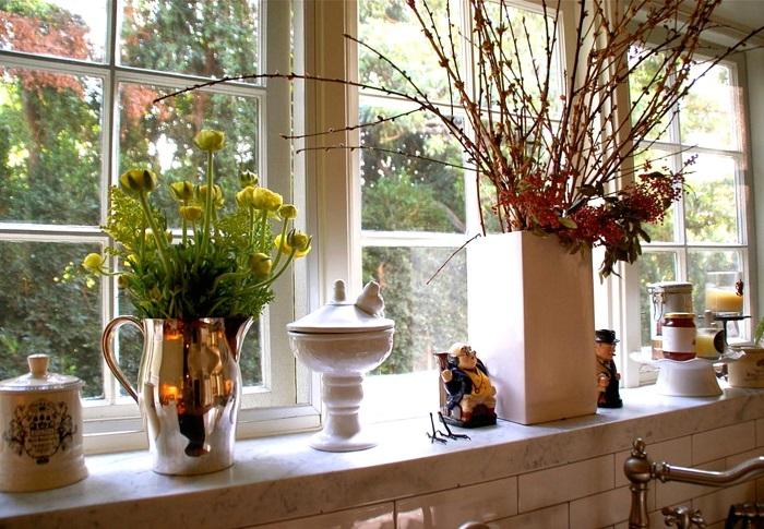 Кроме цветов на окне могут стоять статуэтки, вазочки и другие декоративные элементы. / Фото: williamgazeltd.com