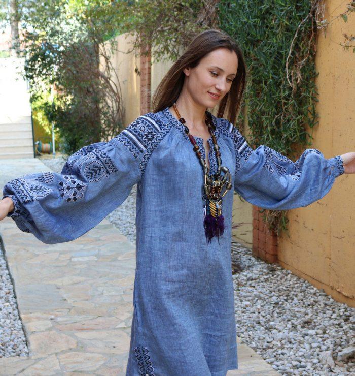 Голубое льняное платье-трапеция с широкими рукавами - бохо стиль