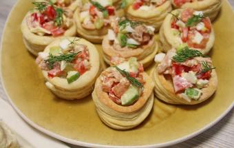 Закуска из тунца с овощами в тарталетках из слоеного теста