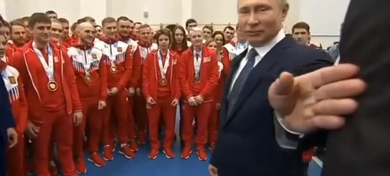 """""""Подвинься, такой здоровый!"""": на встрече со спортсменами Путин убрал с дороги охранника"""