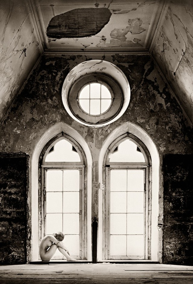 Обнажённая у окна в руинах в Эдинбурге. Авторы Тревор и Фэй Йербери