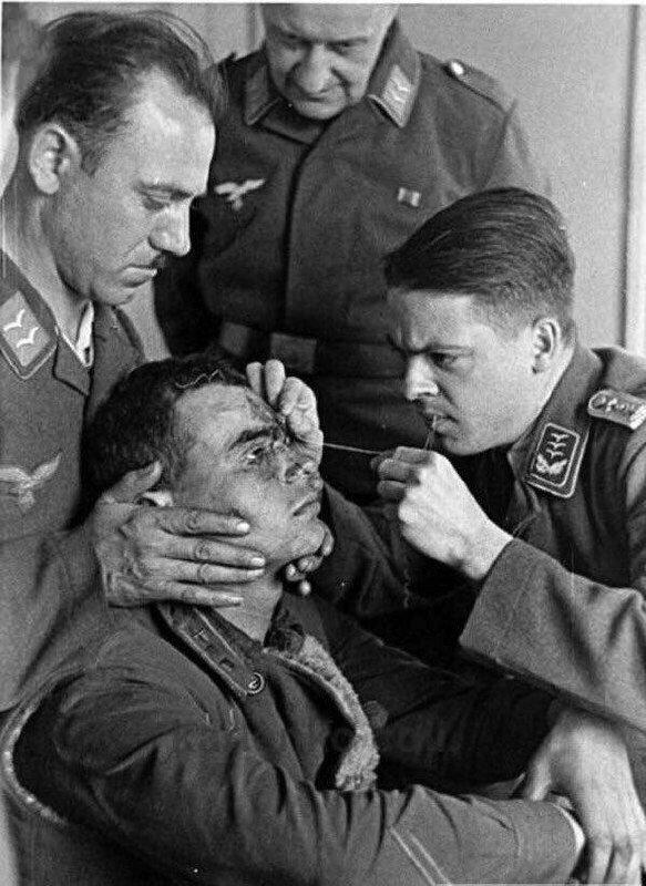 Немецкие летчики зашивают рану сбитому советскому летчику, 1941 год. жизнь, прошлое, ситуация, факт