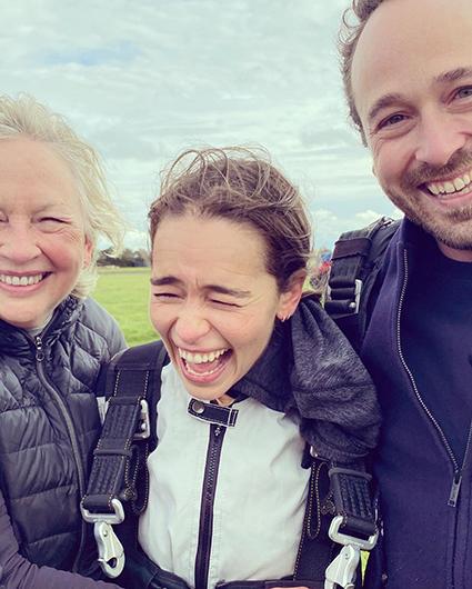 """Эмилия Кларк прыгнула с парашютом в честь своего 34-летия: """"Экзистенциальный ужас!"""" Новости"""