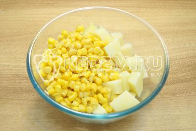 Картофель нарезать кубиками и смешать в миске с кукурузой.