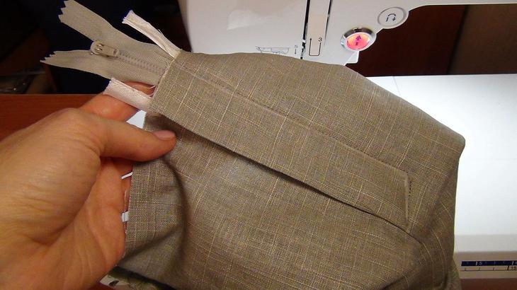 Гульфик на этапе пришива к брюкам и молнии на женских брюках