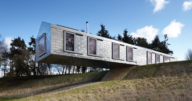 Чудеса гравитации: в Англии жилой дом свисает над холмом и не падает