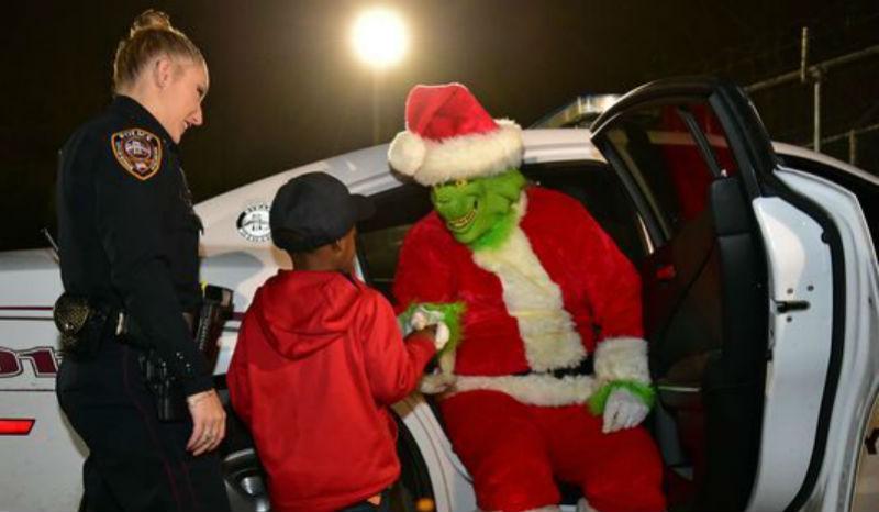 Полицейские «задержали» Гринча — похитителя Рождества после звонка 5-летнего мальчика в 911