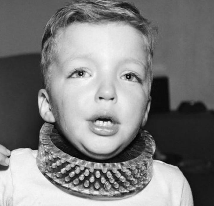 Щётка, предназначавшаяся для чистки шеи ребенка во время игры, 1950-е. история, картинки, фото