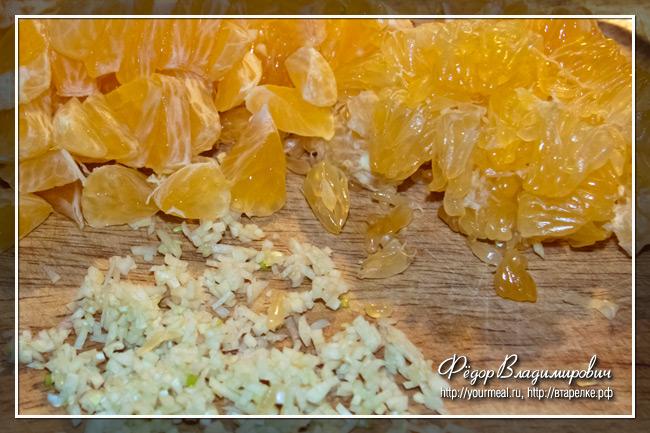 Резаный чеснок и мандарины.