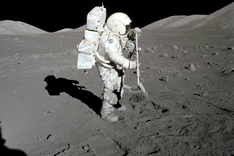 6. У женщины из Чикаго случайно оказалась сумка с лунным грунтом стоимостью 1,8 миллиона долларов в мире, везение, жизнь, история, люди, находка, удача