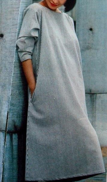 Платье свободного кроя, расширенное книзу, с карманами в боковых швах