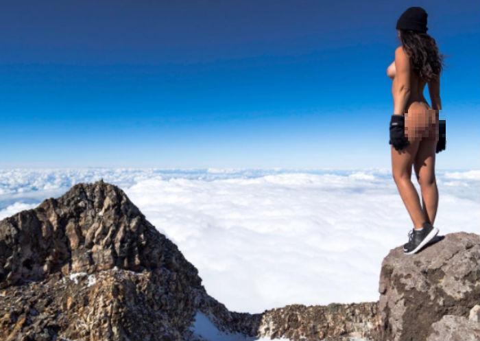 Модель Playboy разозлила новозеландцев, снявшись голой на священной горе Таранаки