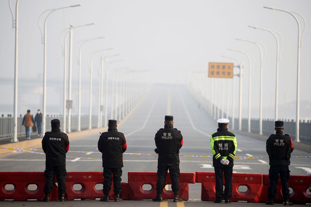 Контрольно-пропускной пункт на мосту через реку Янцзы Янцзы