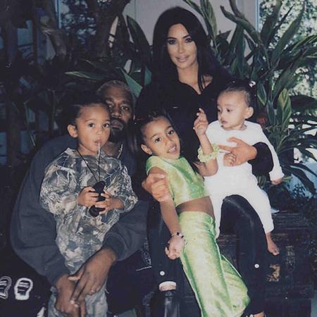 Ким Кардашьян заинтриговала поклонников новой фотосессией фотосессии