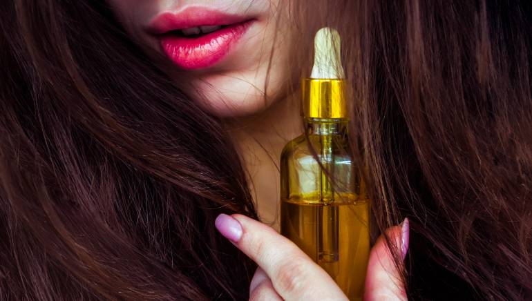 Вот как правильно использовать касторовое масло, чтобы остановить выпадение волос и отрастить локоны