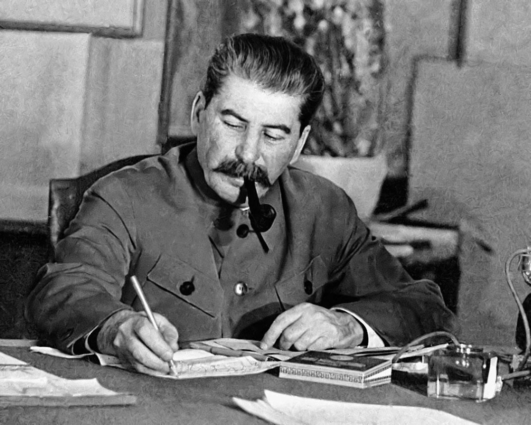 Какова была роль Сталина в в…