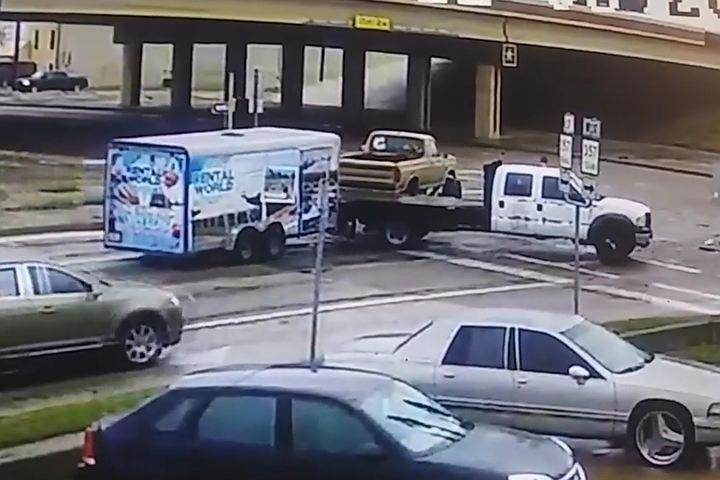Мгновенная карма: виновник ДТП чудом избежал гибели во время осмотра поврежденной машины
