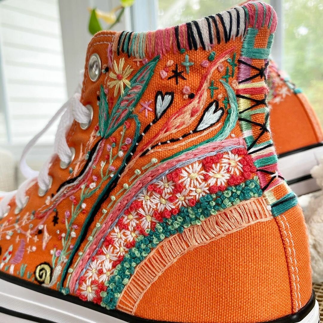 Своей уникальной вышивкой девушка дарит новую жизнь обычным кедам вышивка,рукоделие,творчество
