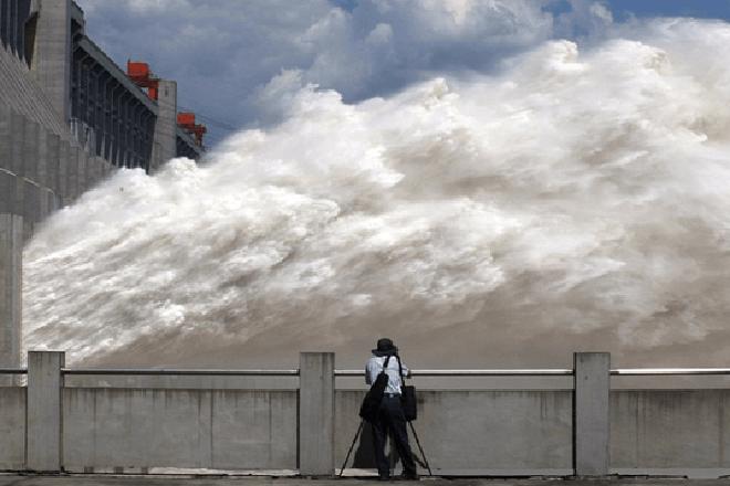 Гигантский водосброс сняли на видео. Поток может снести даже город на своем пути