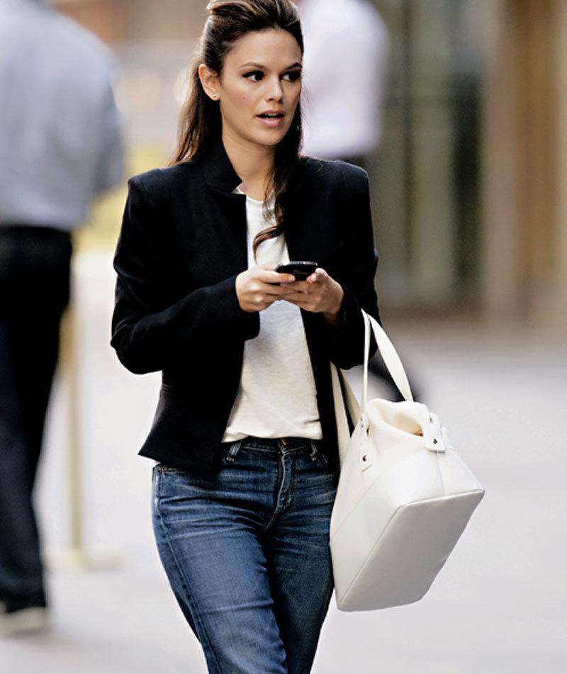 Вы знаете, почему сегодня женщины выбирают черное и джинсы?