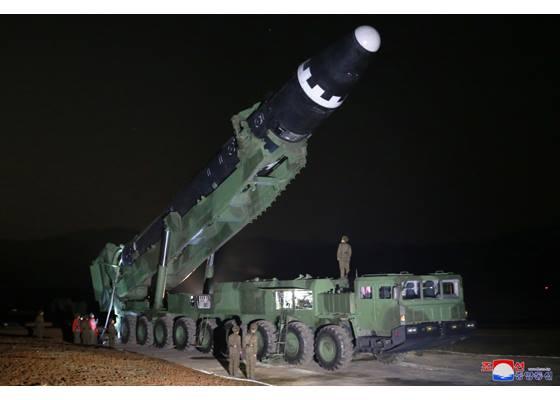 """Испытание северокорейской межконтинентальной баллистической ракеты """"Хвасон-15"""""""