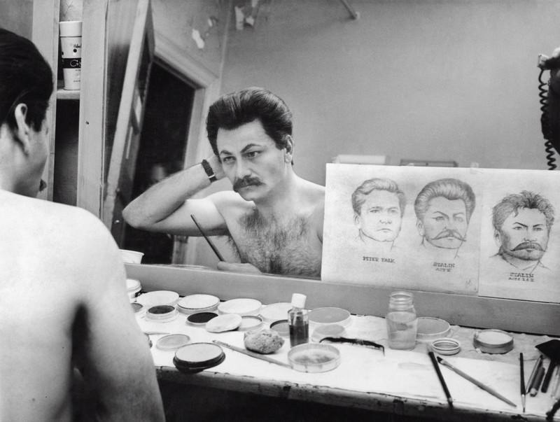 Питер Фальк гримируется для роли И.В. Сталина в бродвейской постановке The Passion of Josef D., Нью–Йорк, 1963 история, картинки, фото