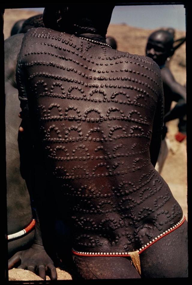 Рубцы от шрамирования (скарификации) в виде узора по всей спине суданской женщины, 1966 national geographic, неопубликованное, фото