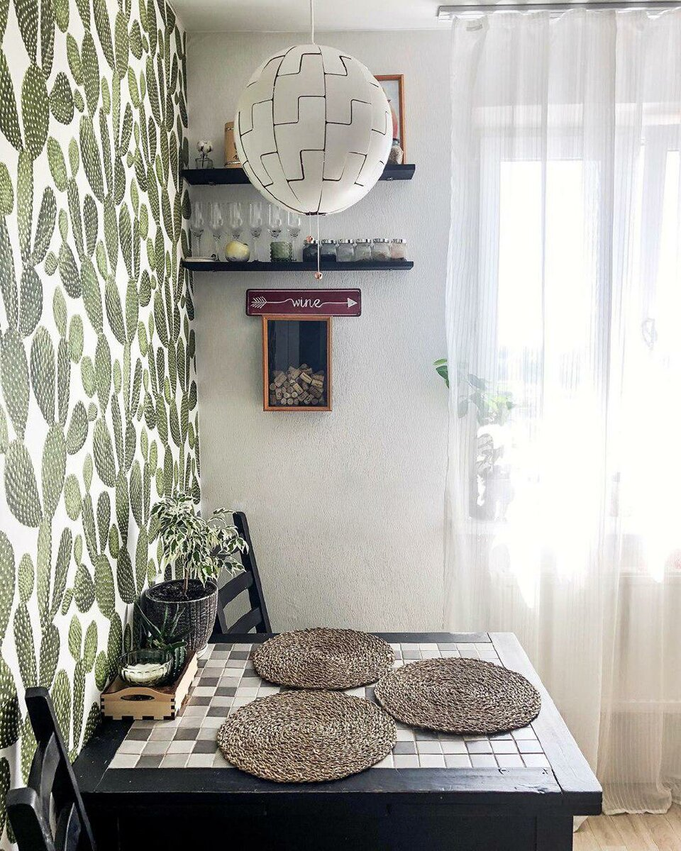 Семья сделала необычный ремонт кухни – обои с кактусами, стол с мозаикой и желтый «глазастый» холодильник идеи для дома,интерьер и дизайн,кухня,ремонт