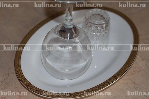 Взять продолговатое блюдо, поставить на него два бокала разного размера.