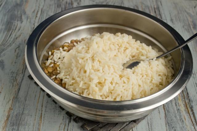 В салатник перекладываем рис и чечевицу