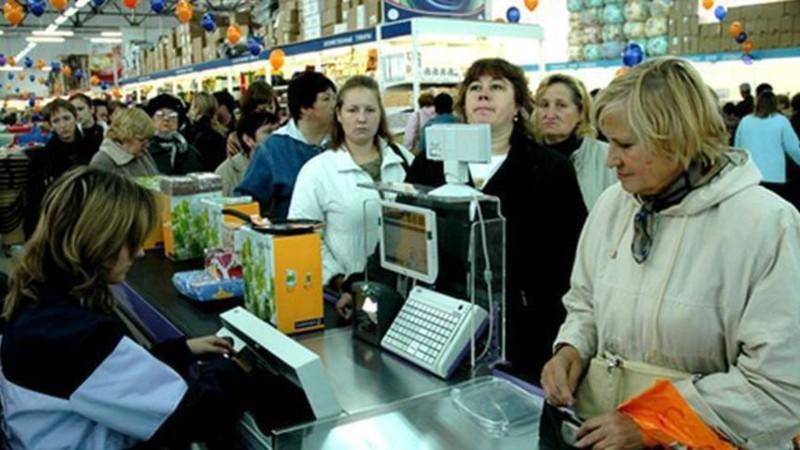 Стою на кассе, в супермаркете. Впереди тройка человек, пожилая женщина, мама с ребенком лет пяти, здоровый пузатый мужчина, позади столько же вразброс.