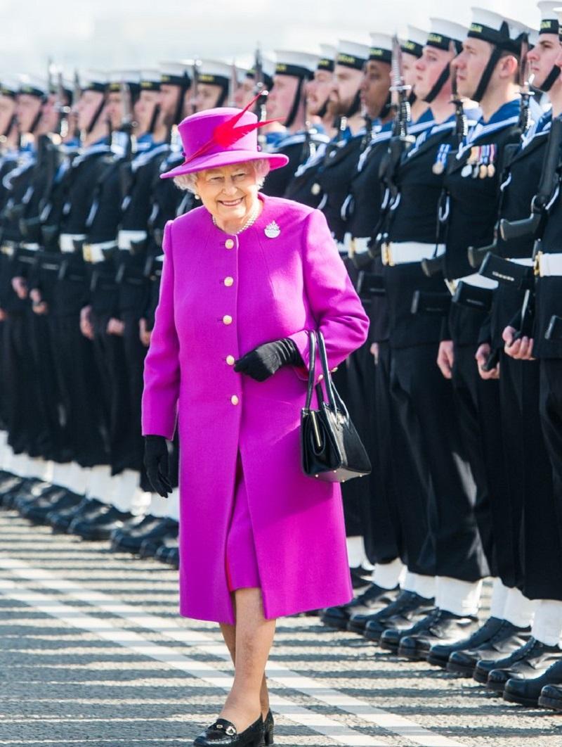 Вот почему Елизавета II носит яркую одежду